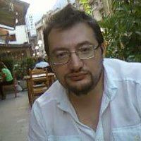 """Fabio Izzo è nato in provincia di Alessandria, ad Acqui Terme. Dopo aver girovagato per l'Europa Nord Orientale, Finlandia e Polonia, ha fatto ritorno in Italia, dove ha pubblicato Eco a Perdere, Balla Juary e Il Nucleo. È vincitore del """"Premio Grinzane Cavour Dialoghi con Pavese."""