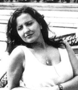 """Giovanna Sicari nasce a Taranto nel 1954. Pubblica le sue prime poesie nel 1982 sulla rivista «Le Porte» , pubblicherà in seguito su """"Alfabeta"""" """"Linea d'ombra"""" e """"Nuovi Argomenti"""". Nel 1986, pubblica sette libri di versi e tre di prosa, tra questi il volume """"La moneta di Caronte"""". Insegnerà ai detenuti del carcere di Rebibbia, si ammala, morirà la notte tra il 30 e il 31 dicembre. E' stata la moglie amata di Milo De Angelis."""