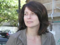 """Eliza Macadan, nata a Bacau, in Romania, nel 1967. Risiede a Bucarest e a Roma. Ha esordito nel 1988 sulla rivista mensile di cultura romena «Ateneu». Bilingue, fin dalla sua prima raccolta, Spatiu auster (Edizioni Plumb, Bacau 1994), Eliza Macadan ha scritto e pubblicato in romeno e in italiano. L'edizione italiana della silloge del 1994, Frammenti di spazio austero (Libroitaliano, Ragusa 2001) ha ottenuto il premio romano """"Le rosse pergamane"""" nel 2002. Hanno fatto seguito In Autoscop (Edizioni Vinea, Bucarest, 2009); La Nord de cuvant (A Nord della parola, Edizioni Tracus Arte, Bucarest 2010) e transcripturi din constient (trascrizioni dal cosciente, Edizioni Eikon, Cluj Napoca 2011). Giornalista professionista, è stata corrispondente in Italia per varie testate romene. È membro dell'Usr (Unione Scrittori della Romania).Nel 2012 ha pubblicato il volume """"Paradiso riassunto"""" (Joker Edizioni). In uscita: """"Anotimp suspendat"""" (Stagione sospesa), Edizioni Eikon, Cluj Napoca, 2013"""